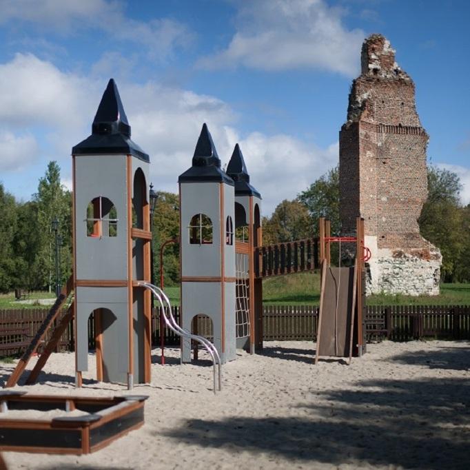 Plac zabaw koło zamku w Rytwianach